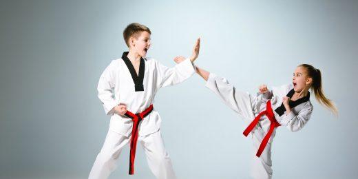 Två barn som utför kampsport.
