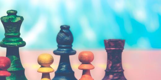 Schackpjäser i olika färger