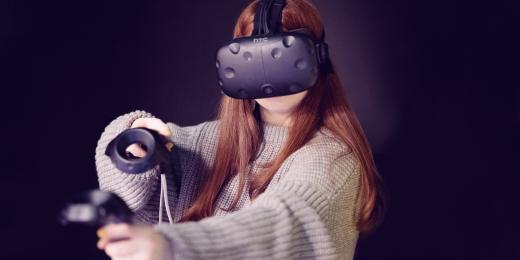 Tjej med VR glassögon på sig.