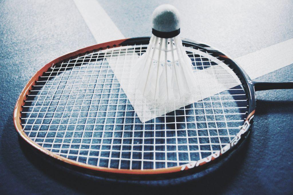Badmintonrack och boll
