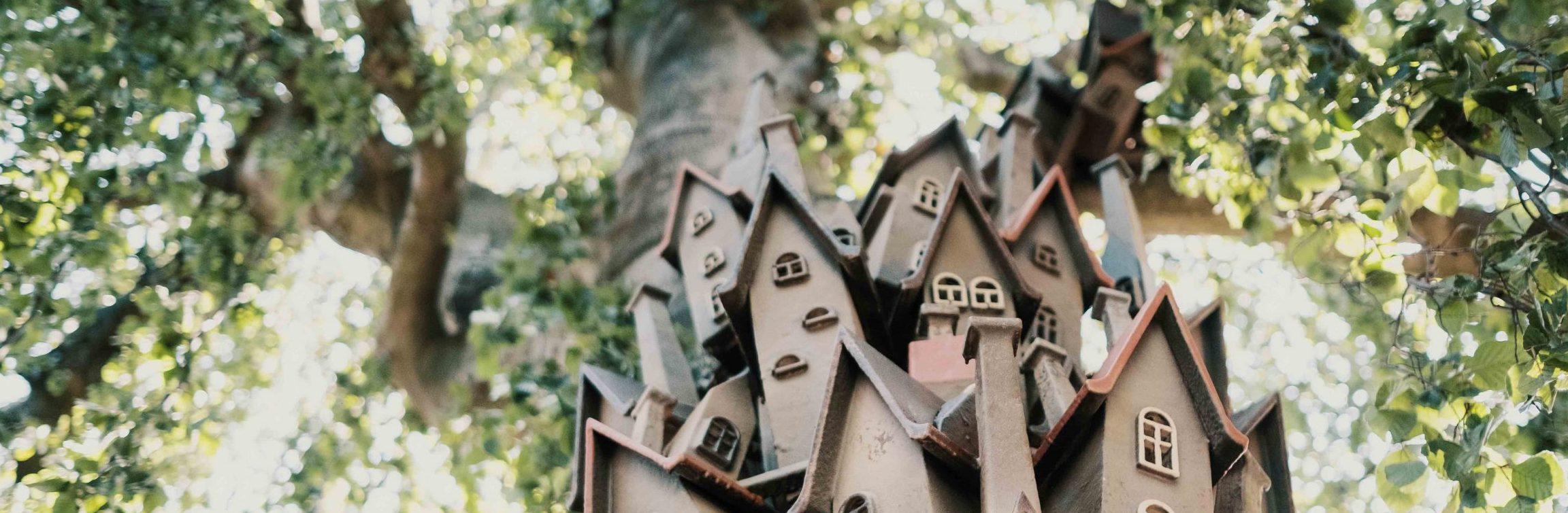 Bild på små hus i träd - konstverk i träden i Folkets Park
