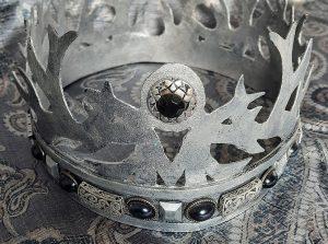 En svartvit bild med en gammaldags krona med diamanter på.