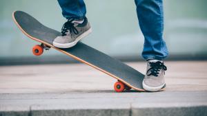 En person som står på en skateboard och ska göra ett trick